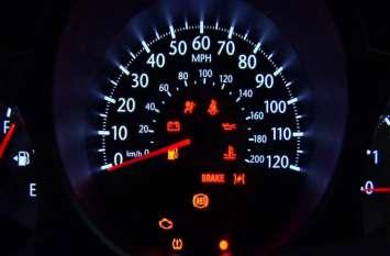 कार के डैशबोर्ड में जल रही हैं ये लाइट्स तो अभी सावधान हो जाएं आप, बज रही है खतरे की घंटी