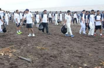 समुद्र तट पर सफाई करने उतरा कोस्टगार्ड