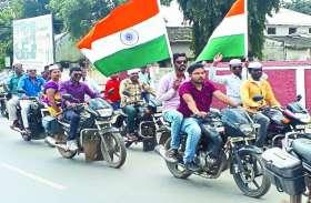 इन मांगो के साथ, तिरंगे के साथ लिपिकों ने निकाली विशाल बाइक रैली