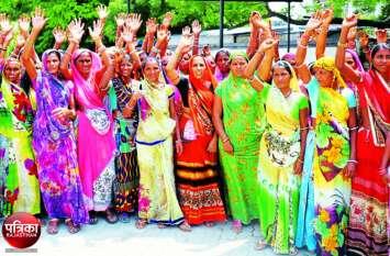 बांसवाड़ा : महिलाओं ने लगाए आरोप- हम गांव में शराब बिक्री बंद करना चाहते हैं और पुलिस हफ्ता लेकर बढ़ावा दे रही है