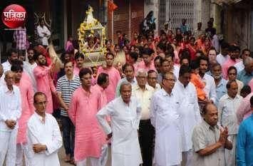Video : बांसवाड़ा : जैन मंदिरों से निकली शोभायात्राएं, गरबा रास पर झूमें श्रद्धालु, दिनभर क्षमा याचना का दौर