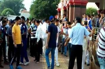 रेलवे अधिकारियों ने दिया स्वच्छता का सन्देश, यहां लगाई झाड़ू, देखें वीडियो
