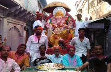 गणपति बप्पा मोरिया के जयकारों से किया विसर्जन, उमड़ी श्रद्धालुओं की भीड़