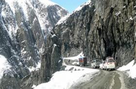 जम्मू-कश्मीर में मौसम की पहली बर्फबारी से बढ़ी ठिठुरन