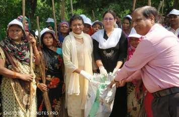 जब इस जिले की दो महिला आईएएस हाथों में झाडू लेकर निकलीं तो फिर देखिए किस तरह मैदान हो गया साफ, देखें वीडियो