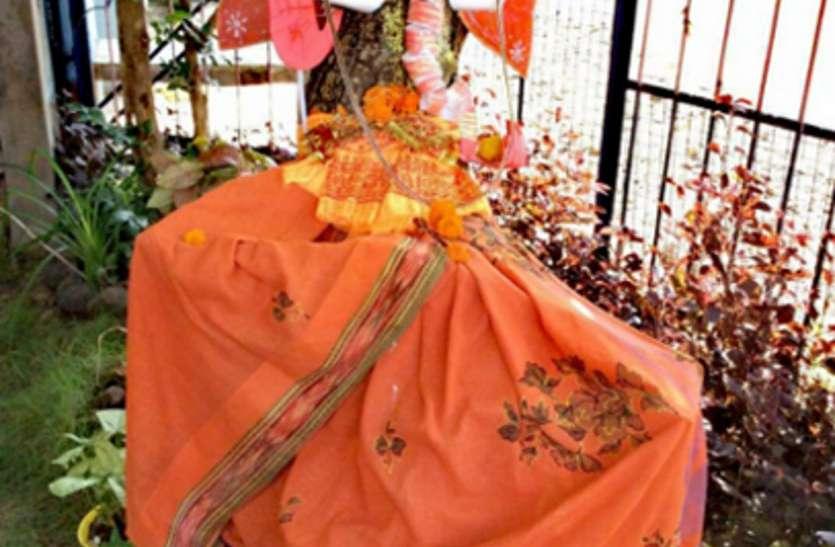 Ganesh Chaturthi 2018: पेड़ों को बचाने उन पर उकेर दी गणेश जी की आकृति