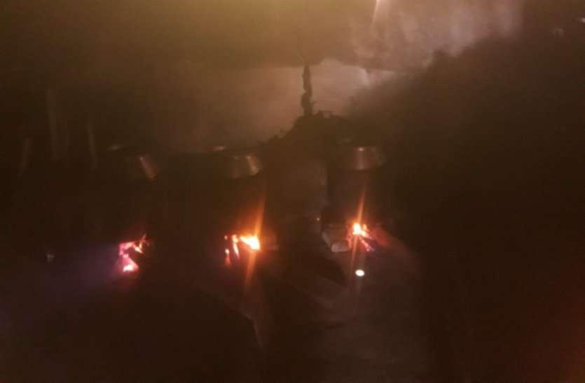 बड़े-बड़े चूल्हों पर गंज मार रहे थे उबाल, देखकर पुलिस रह गई अवाक, अवैध करोबार का हुआ भंडाफोड़