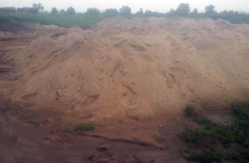साहू टोला में अवैध रेत का भंडारण