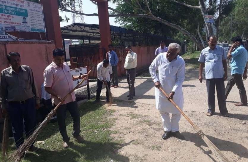 विधायक ने झाडू लगाकर की अभियान की शुरुआत