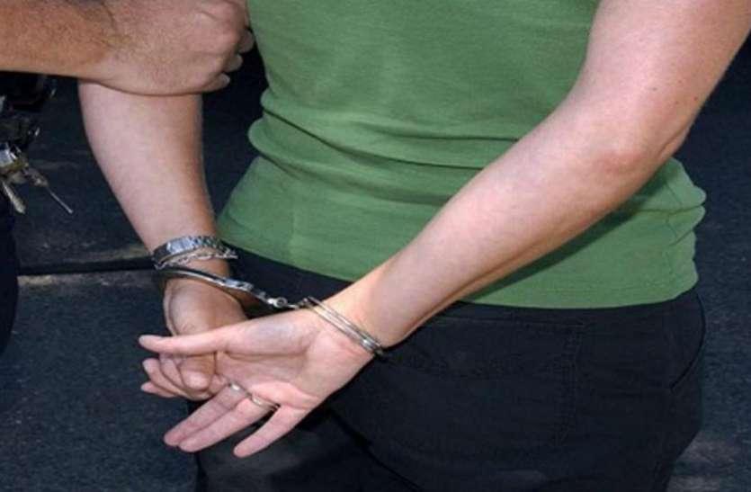 नौकरी दिलाने के नाम पर अपने बेटे के साथ मिलकर एक महिला करती थी ठगी, गिरफ्तार