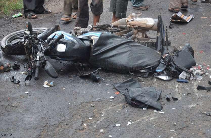 मायके गई बीवी को लेने जा रहा था पति, रास्ते में खड़े ट्रक से जा भिड़ी बाइक मासूम बेटे सहित हो गई दर्दनाक मौत