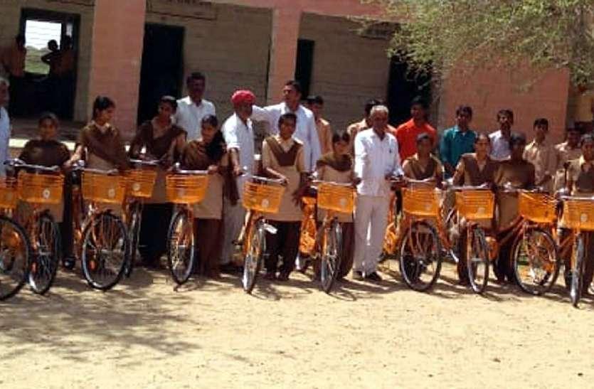 साइकिलें पाकर खिले छात्राओं के चेहरे