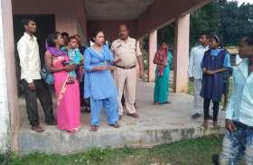 CM वाली मोबाइल के बारे में महिला की ये बात सुनते ही डर गईं महिलाएं, पुलिस ने उसे पति समेत पकड़ा
