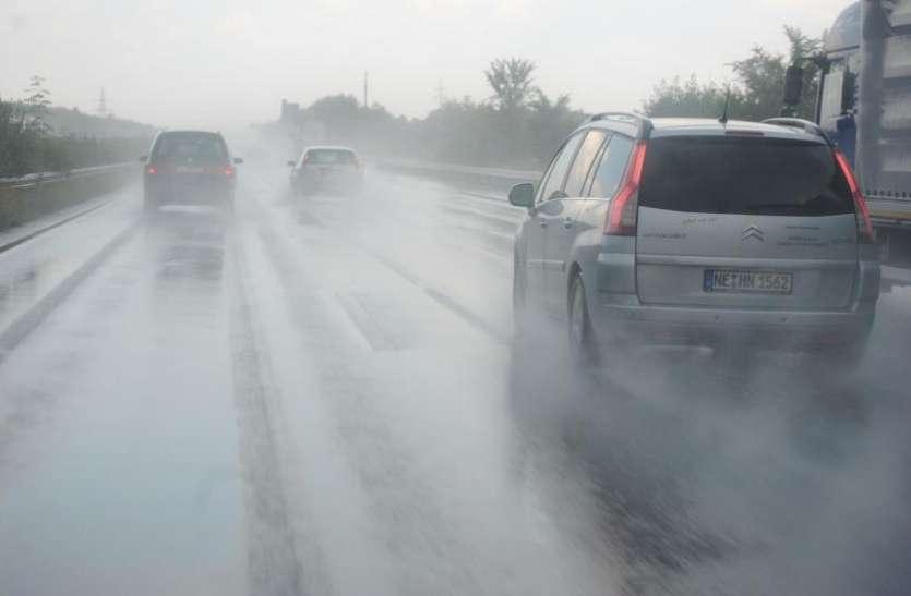 तेज बारिश में कार चलाते वक्त इन बातों पर जरूर दें ध्यान, जान-माल का नहीं होगा नुकसान