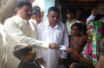 बरेली में बुखार का कहर जारी, सपाई पहुंचे मृतक के परिजनों की मदद को