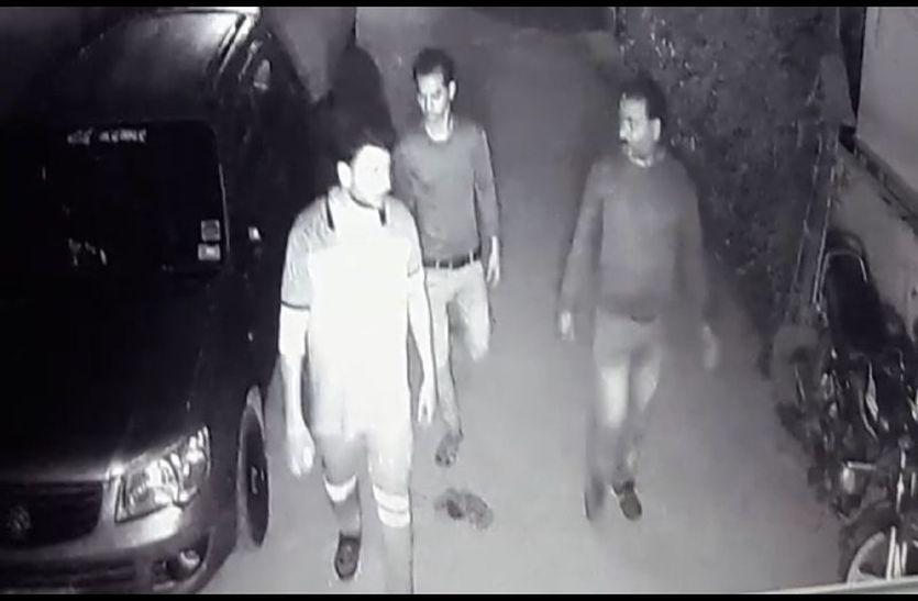 हाथ में पत्थर और रॉड लेकर पहुंचे बदमाश कैमरे में कैद, तीन सूने मकान के ताले चटकाए