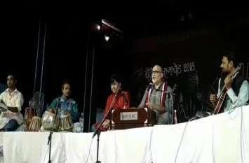 Vido Gallery : चक्रधर समारोह में लखनऊ से आए कलाकारों ने दी गजल की मनमोहक प्रस्तुति