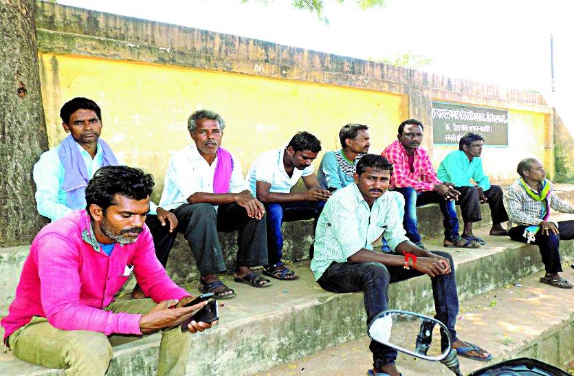 अधूरी जांच कर शिक्षक को किया निलंबित, विरोध में ग्रामीण लामबंद