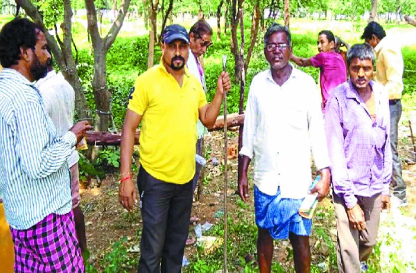 आवारा मवेशियों से  फसल को बचाने के लिए  किसानों ने सड़क से लगे खेतों को तार से घेरकर फसलों को किया सुरक्षित