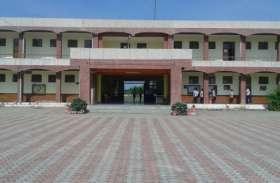 तीन साल बाद गलत जाति में प्रवेश लेने का आरोप लगाकर छात्रा को घर ले जाने का कह रहा प्रबंधन