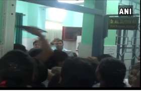 VIDEO: डॉक्टर पर महिला स्टॉफ से छेड़छाड़ का आरोप, नर्सों ने जमकर की धुलाई