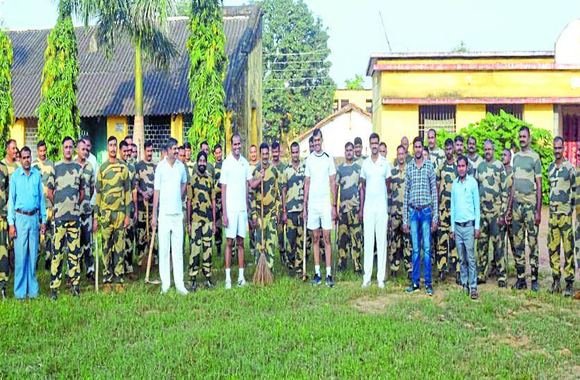 शासकीय स्कूल में सीमा सुरक्षा बल के जवानों ने चलाया सफाई अभियान, बच्चों के साथ की साफ-सफाई