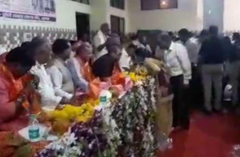 SC ST आयोग के अध्यक्ष का हो रहा था स्वागत, तभी रोती हुई पहुंची किशोरी ने बताई सवर्ण समाज के युवक की ये हरकत, देखे वीडियो