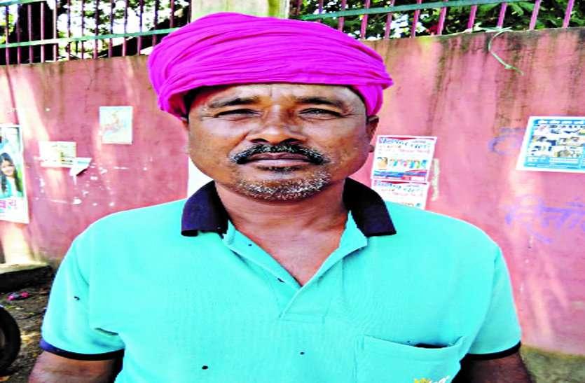गरीब किसान अपने पैसे के लिए छह माह से काट रहा है बैंक का चक्कर