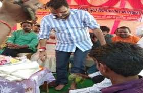Video में देखिए कैसे झारखंड के बीजेपी सांसद ने पहले धुलवाए पैर और कार्यकर्ता ने पीया वही पानी