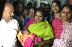 प्रधानमंत्री के जन्मदिन पर तमिलइसै ने नवजातों को दी स्वर्ण अंगूठी