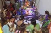 गजानन की पूजा अर्चना करने में भक्त लोग लीन