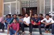 विश्वविद्यालय में छात्रों का फूटा गुस्सा, दस्तावेज नहीं बनने का जता रहे विरोध