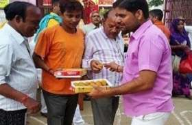 अस्पतालों में फल और मिठाई बांट कर भाजपा कार्यकर्ताओं ने मनाया प्रधानमंत्री का जन्मदिन