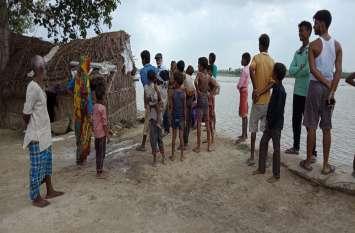 नारायणपुर मझारी गांव के आधा दर्जन आशियाने व मंदिर नदी में समाये