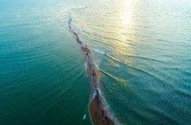 दो हिस्सों में बंटा समुद्र! बाढ़ के बाद धरती मां ने दिखाया अनोखा नज़ारा