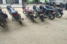 पुलिस ने चोरी की छह मोटर साइकिल के साथ, छह बाइक चोरों को पकड़ा