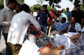 बीआरडी मेडिकल काॅलेज के जूनियर डाॅक्टर्स ने कैंपस में चलाई समानान्तर ओपीडी