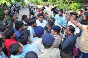 PICS : पुलिस के सामने विरोध प्रदर्शन