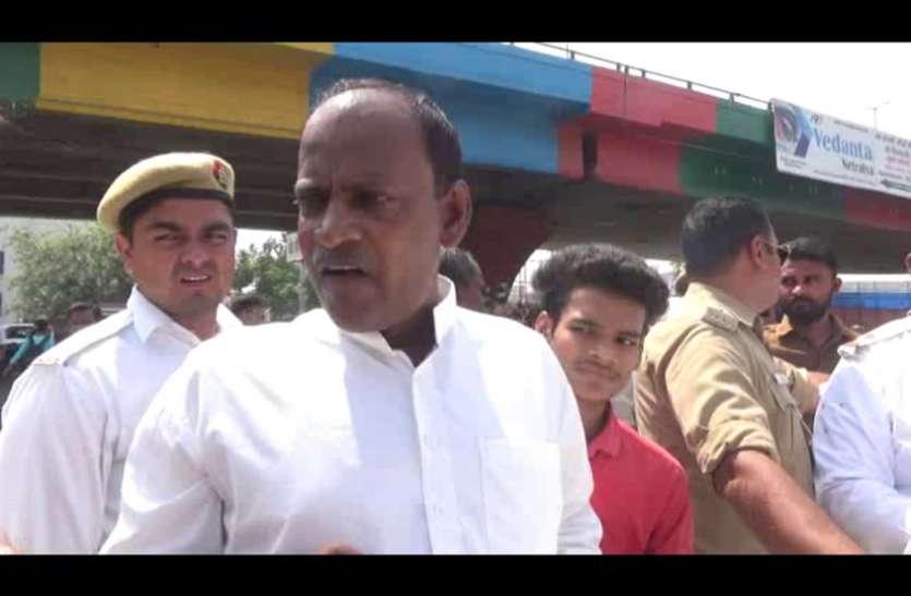वरिष्ठ भाजपा नेता ने पुलिसवाले को दिखाई सत्ता की धौंस तो पुलिसकर्मी ने कर दिया यह हाल- देखें वीडियो