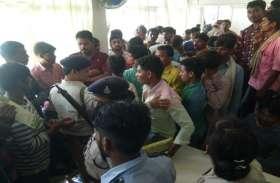 जिंदा बालिका की जगह मृत बालक देने पर जिला अस्पताल में हंगामा