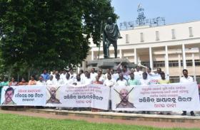 चिलिका में चॉपर उड़ाने का मामला:बैजयंत की गिरफ्तारी को विधायकों का धरना