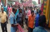 योगी सरकार से नाराज हुये सफाई कर्मी, सड़कों पर मांगी भीख