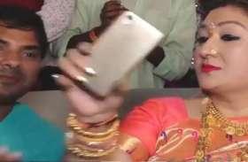 जब गोविंदा की पत्नी ने सेल्फी ले रहे फैन से छीना फोन, वीडियो हुआ वायरल