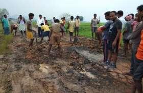जब अफसरों ने नहीं सुनीं बात तो परेशान ग्रामीणों ने खुद उठाया फावड़ा और बनाने लग गए सड़क