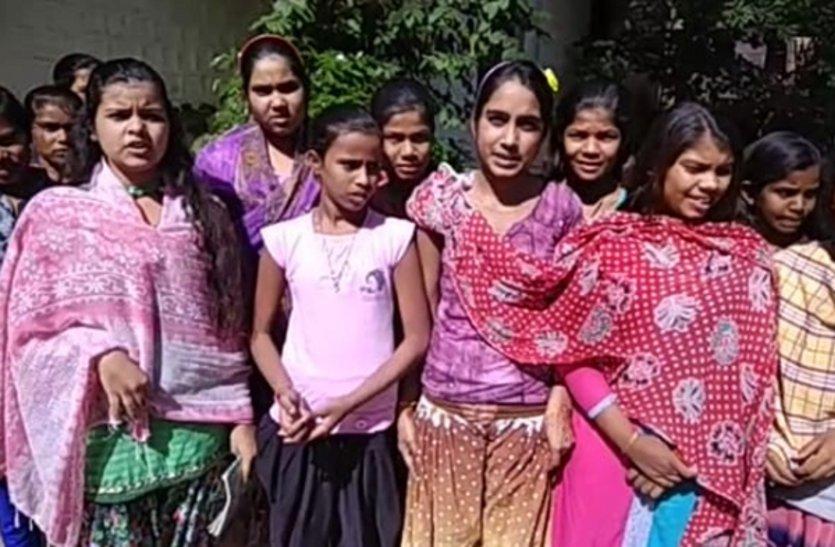 तिमाही परीक्षा हुई, छात्रावासों में कोचिंग का इंतजार कर रहे बच्चे