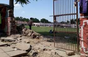 सीएम की सभा के लिए विद्यालय की चारदीवारी तोड़ कर भूले अधिकारी