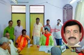 BJP नेता पर चढ़ा सत्ता का नशा, अधिकारी की कुर्सी पर किया कब्जा, खिंचाते रहे फोटो, फोटो वायरल होने पर दिया ये जवाब