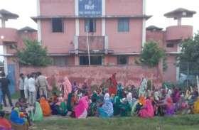निस्तारी भूमि में पौधरोपण का विरोध करते हुए बसंतपुर के ग्रामीणों ने घेरा बिर्रा थाना