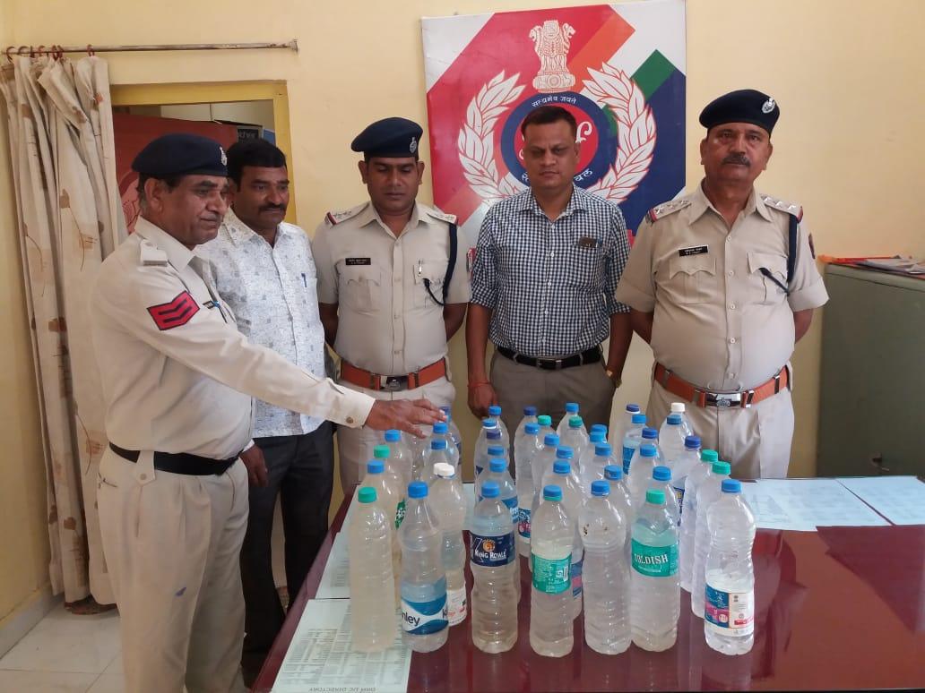 संघमित्रा एक्सप्रेस से आरपीएफ ने जब्त की अवैध कच्ची शराब