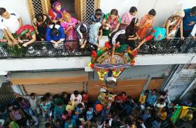 हिन्दू मुस्लिम सौहार्द की मिसाल है लुट्टस त्योहार, छत से फेंके जाते बर्तन और खाने का सामान